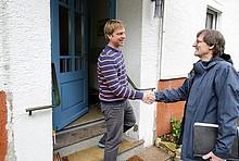 Handschlag zwischen einem Hauseigentümer und Berater.