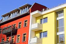 Modernisierte Fassaden eines Altbaus und eines Nachkriegsbaus